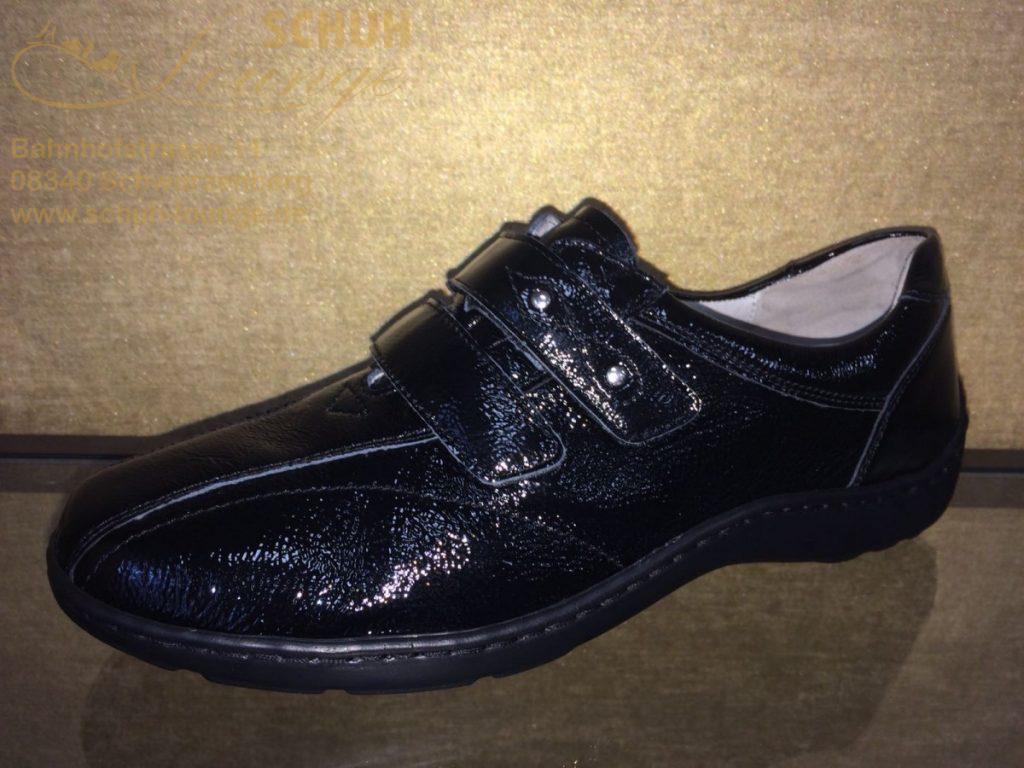 """Dieser super bequeme Schuh in schwarzem Strukturlack von Waldläufer garantiert einen gesunden Laufkomfort. Der Schuh hat ein herausnehmbares """"Pro aktiv"""" Fußbett, eine schmale Ferse und ist in der Weite H gearbeitet. Er hat eine durchgängige stabile Gummilaufsohle, somit lässt er sich super lange tragen. Dieser Schuh hat zwei Klettverschlüsse, somit können Sie ihn schnell An- und Ausziehen. An einem Verschluss sind zwei silberne Nieten eingearbeitet und umrandet mit einer schicken Naht, diese setzten zusätzliche Akzente."""